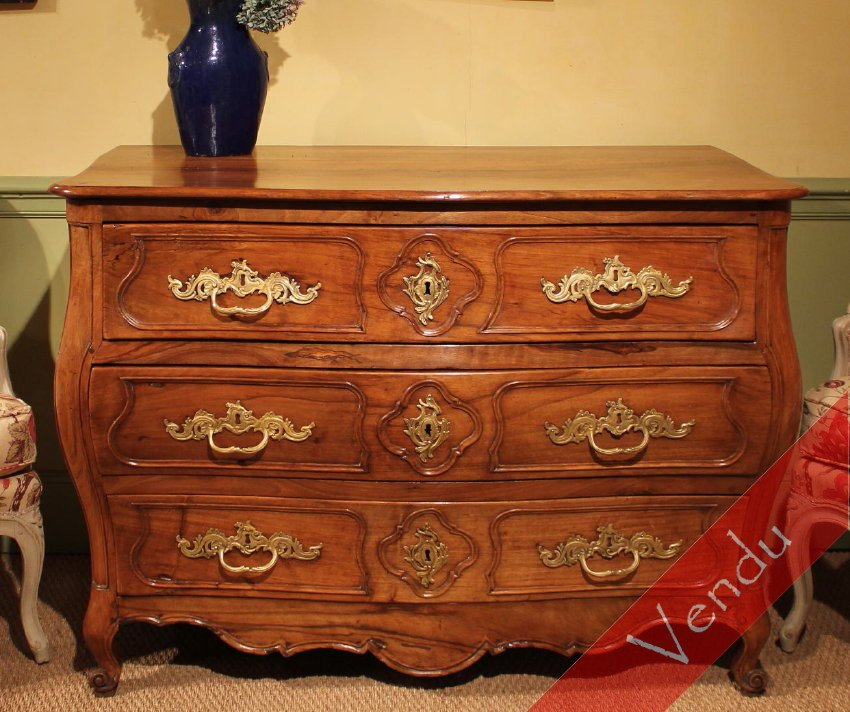 Commode tombeau en noyer massif