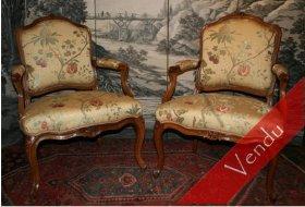 Paire de fauteuils Louis XV à dossiers plats