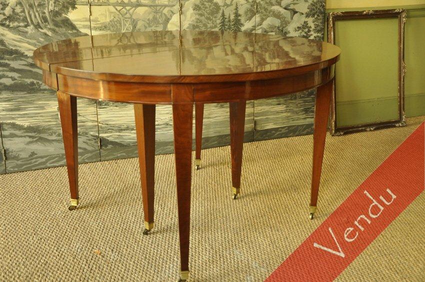 Table ovale à bandeau Directoire en acajou.