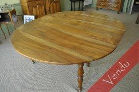 Table ovale en noyer à allonges